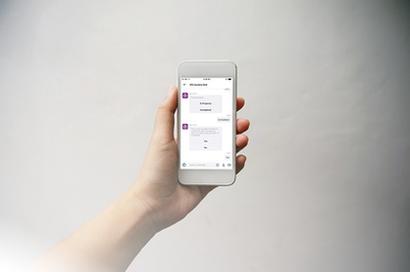 Мобильное устройство с изображением сообщений в IFS Aurena Bot